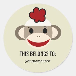 El mono del calcetín ESTO PERTENECE a los Pegatina Redonda