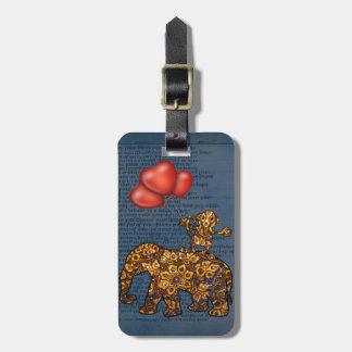 El mono en elefantes apoya los globos del corazón etiqueta para maleta