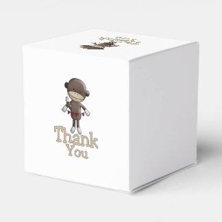 El mono lindo con los corazones le agradece cajas para regalos
