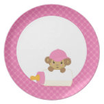 El mono más lindo del bebé detrás de una botella e platos de comidas
