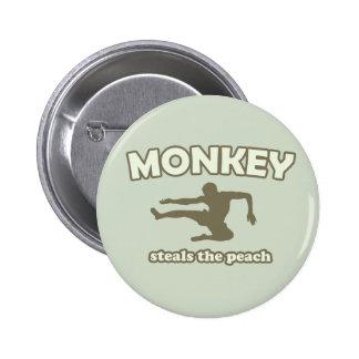 El mono roba el melocotón pins
