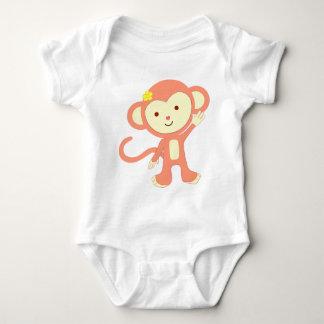 El mono rosado lindo agita hola body para bebé