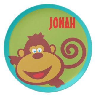 El mono salvaje de la cosa embroma la placa del platos