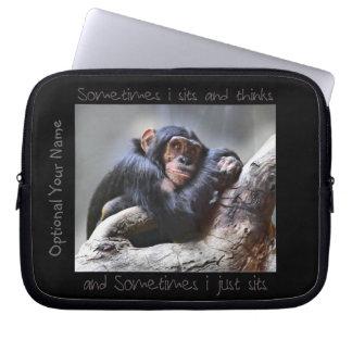 El mono se sienta funda portátil
