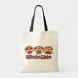 El mono ve el chocolate bolsa