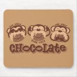 El mono ve el chocolate tapete de ratones