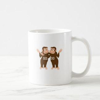El mono ve el mono hacer (1) taza clásica