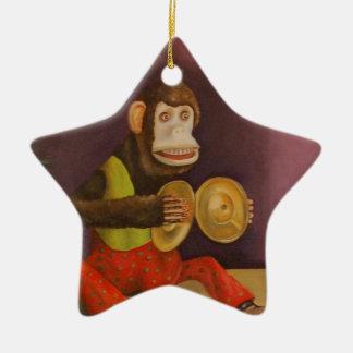 El mono ve el mono hacer adorno de cerámica en forma de estrella