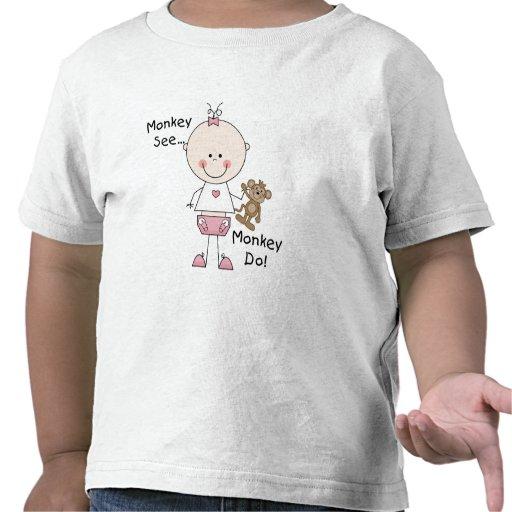 El mono ve el mono hacer las camisetas y los