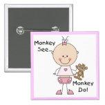 El mono ve el mono hacer las camisetas y los regal pins