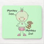 El mono ve el mono hacer las camisetas y los regal tapete de ratones