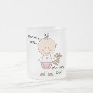 El mono ve el mono hacer las camisetas y los regal tazas