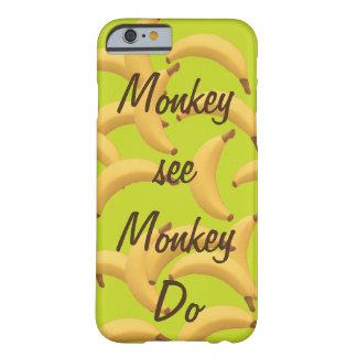 El mono ve el mono hacer los plátanos divertidos funda para iPhone 6 barely there