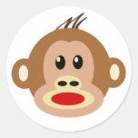 El mono ve el mono hacer pegatina redonda