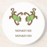 El mono ve el mono hacer posavasos para bebidas