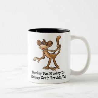 El mono ve, mono hace, mono consigue en problema, taza de dos tonos
