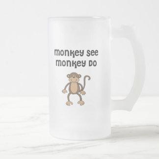 El mono ve mono hace taza de café