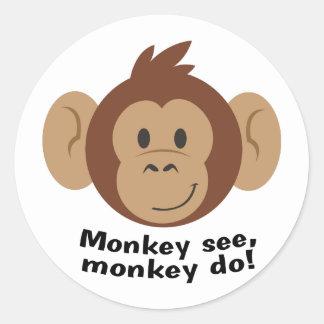 El mono ve pegatina redonda