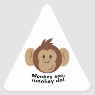 El mono ve pegatina triangular