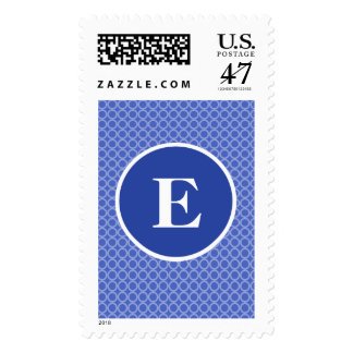 El monograma blanco azul circunda el modelo estampilla