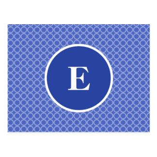 El monograma blanco azul circunda el modelo postal