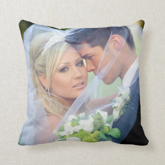 El monograma de la foto nombra la almohada del cojín decorativo