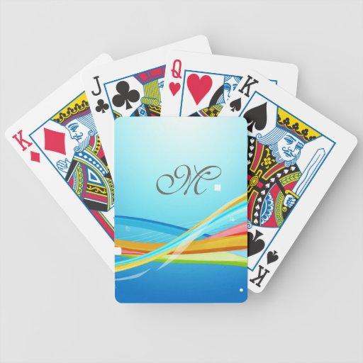El monograma en fondo azul añade su inicial baraja de cartas