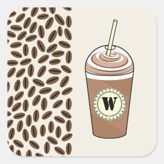 El monograma heló el café para ir y los granos de pegatina cuadrada