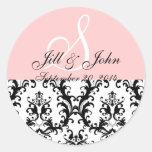 El monograma nombra al pegatina del boda del rosa