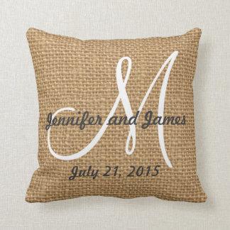 El monograma nombra el recuerdo rústico del boda cojín decorativo