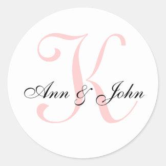 El monograma que casa al novio inicial de la novia pegatina redonda