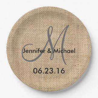 El monograma rústico del boda de la arpillera plato de papel de 9 pulgadas