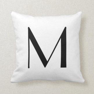 El monograma soporta la letra M Cojín