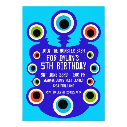 El monstruo azul observa invitaciones de la fiesta