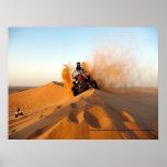 El montar a través de los desiertos de Dubai Poster