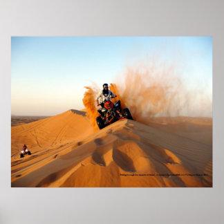 El montar a través de los desiertos de Dubai Póster