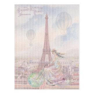 El montar en bicicleta a través de París Postal