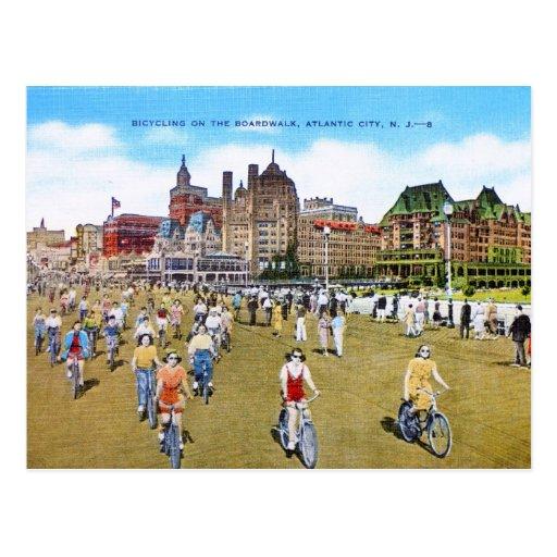 El montar en bicicleta en el paseo marítimo postal