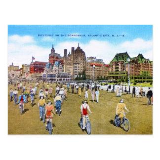 El montar en bicicleta en el paseo marítimo tarjetas postales