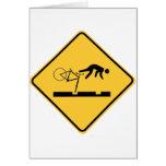 El montar en bicicleta en las pistas - señal de tr tarjeton