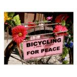 El montar en bicicleta para la postal de la paz