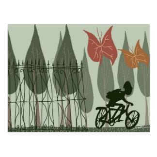 El montar en bicicleta tarjeta postal