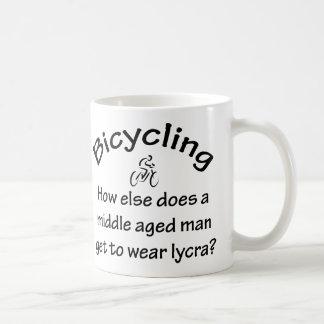 El montar en bicicleta taza de café