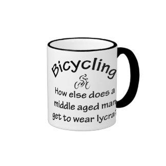 El montar en bicicleta taza a dos colores