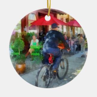 El montar más allá del café adorno navideño redondo de cerámica