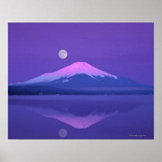 El monte Fuji debajo de la luna Póster