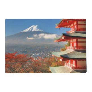 El monte Fuji vio de detrás la pagoda de Chureito Tapete Individual