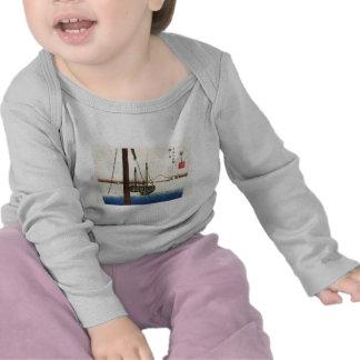 El monte Fuji y barcos. Japón. Circa 1800's Camisetas