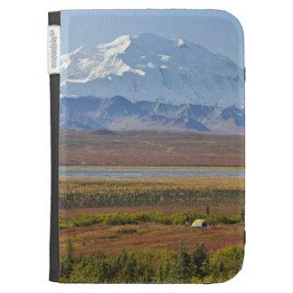El monte McKinley se eleva detrás de un campista y