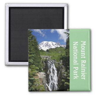 El Monte Rainier con el imán de la cascada